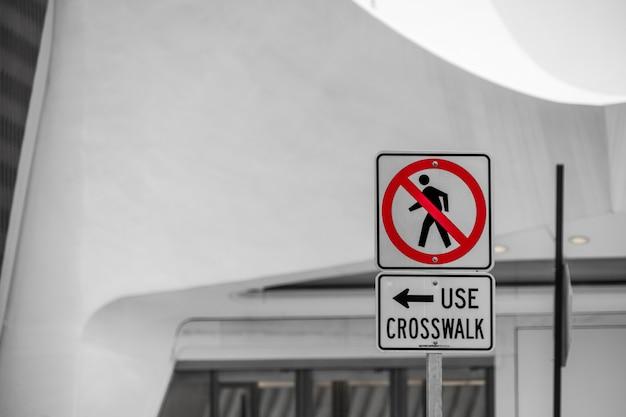 Geen voetgangers, gebruik zebrapad. instructies met woorden en pijl om zebrapad te gebruiken