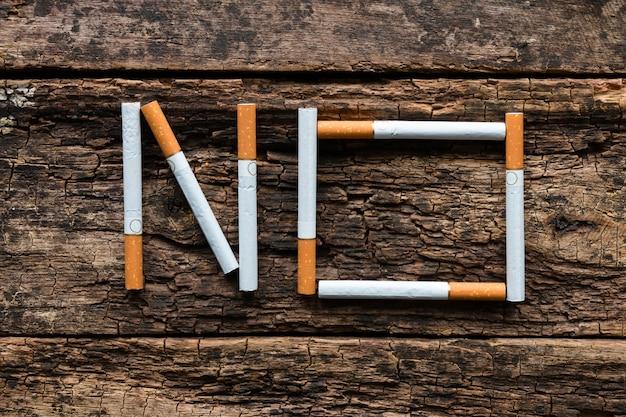 Geen woord van een sigaret op een houten