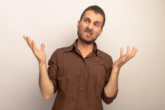 Geërgerd jonge blanke man kijken naar kant met lege handen geïsoleerd op een witte achtergrond
