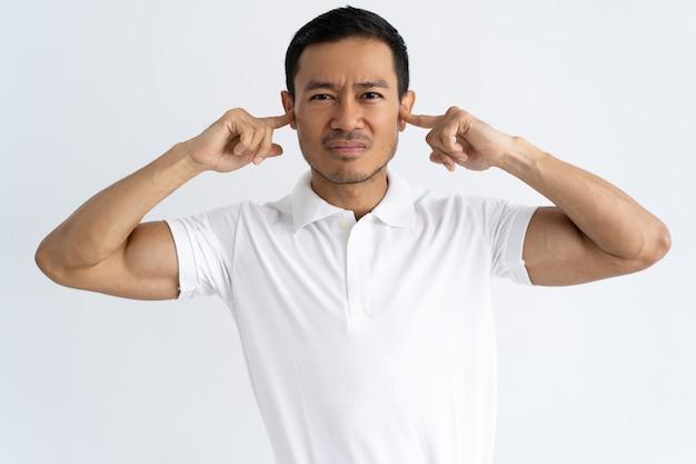 Geërgerd man moe van luide geluiden