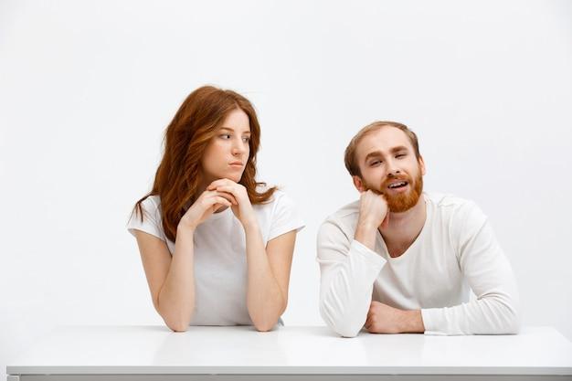 Geërgerd meisje staart naar een clueless vriendje