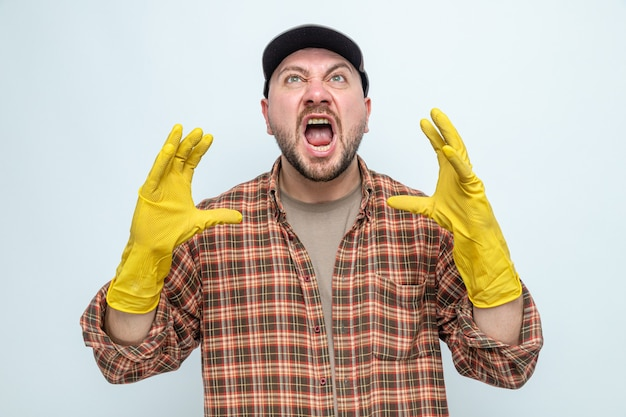 Geërgerde slavische schonere man met rubberen handschoenen die handen open houden en omhoog kijken