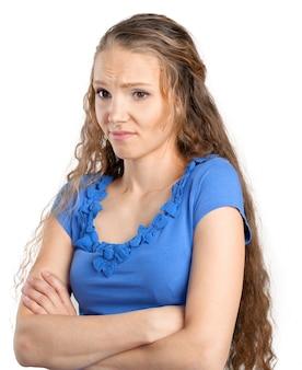 Geërgerde vrouw met gekruiste armen