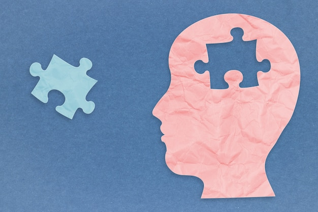 Geestelijk gezondheidsconcept met zijgezicht en puzzelstukjes