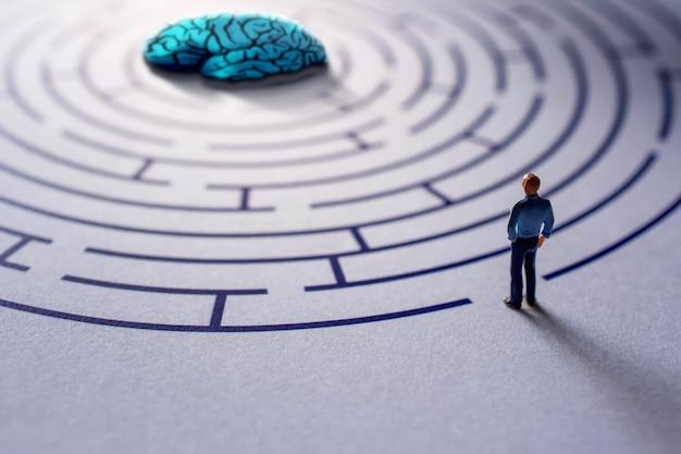 Geestelijk gezondheidsconcept. uitdaging voor therapeut of persoon om een geestesziekte te genezen. psychologische complexiteit, emotie, herinneringen, percepties en wensen van de mens. miniatuur op doolhof
