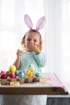 Geeuwen meisje kleuren eieren