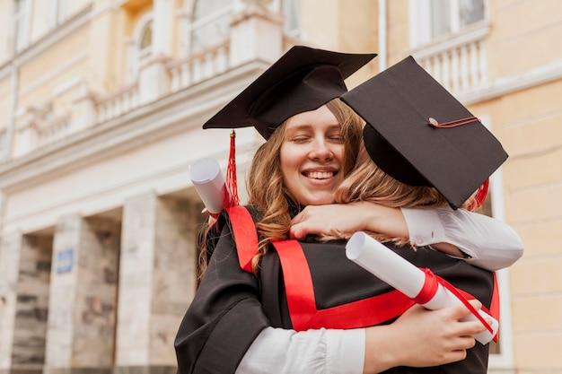 Gefeliciteerd meisjes knuffelen