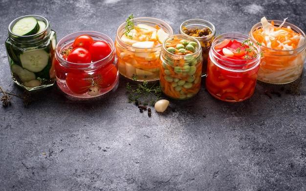 Gefermenteerd voedsel, geconserveerde groenten in potten