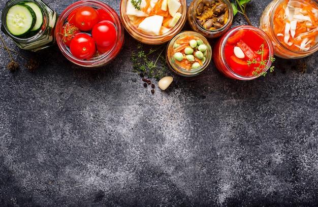 Gefermenteerd voedsel. geconserveerde groenten in potten