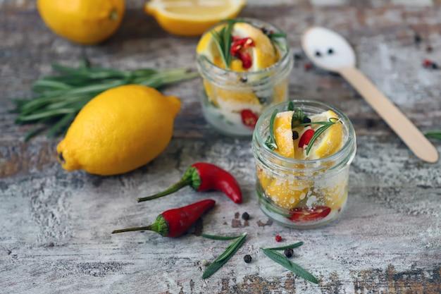 Gefermenteerde citroenen in potten. zoute gepekelde citroen. probiotica en gefermenteerd voedsel. selectieve aandacht.