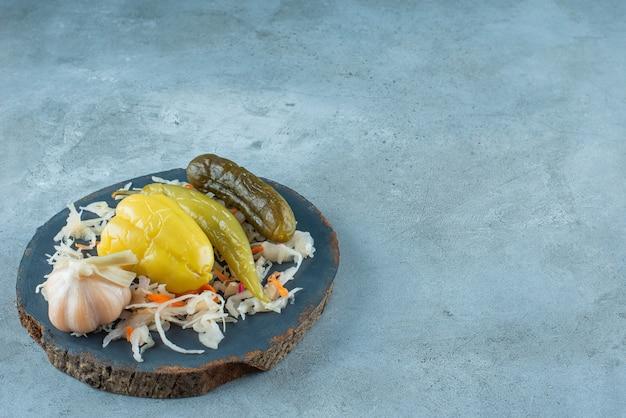 Gefermenteerde groente op een bord op het marmeren oppervlak