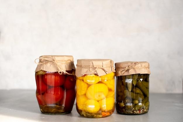 Gefermenteerde groenten in potten. vegetarisch eten concept