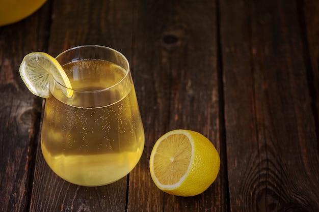 Gefermenteerde kombucha-drank in een glasglas.