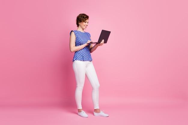 Gefocust vrolijk meisje met laptopwerk