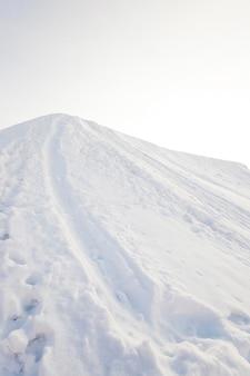 Gefotografeerd spoor achtergelaten in de sneeuw. winter seizoen