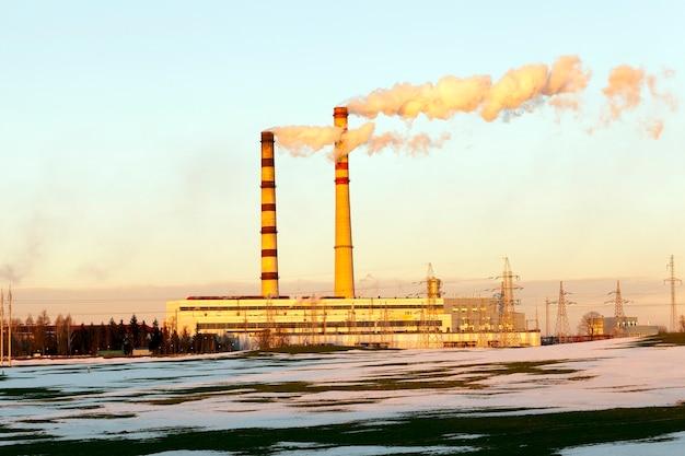 Gefotografeerde close-up elektrische krachtcentrale in het winterseizoen