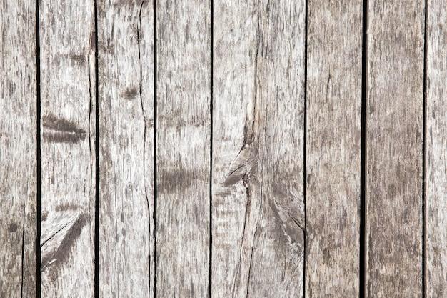 Gefotografeerde close-up oude vloer gemaakt van planken. gelegen in de open lucht, dus het hout was grijs