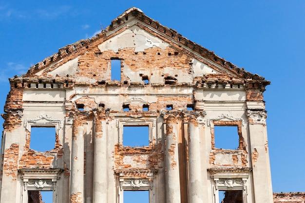 Gefotografeerde close-up van de resterende ruïnes van het oude kasteel in het dorp arches ruzhany grondgebied van de republiek wit-rusland