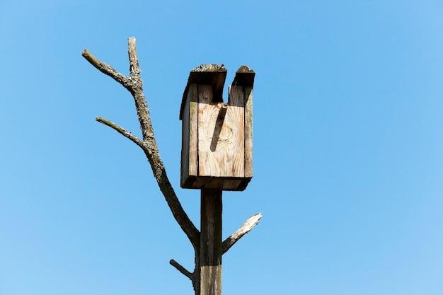 Gefotografeerde close-up van een vogelhuisje gemaakt van hout