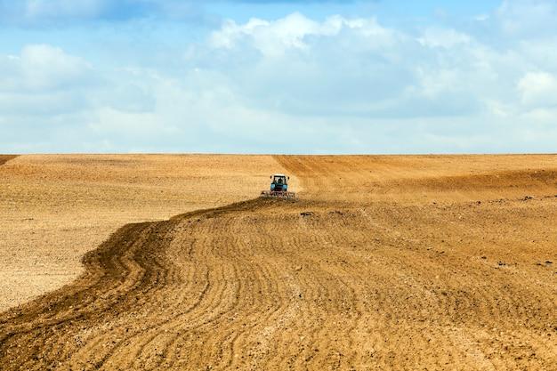 Gefotografeerde close-up van omgeploegd land, dat granen, tarwe en lenteseizoenen zal verbouwen