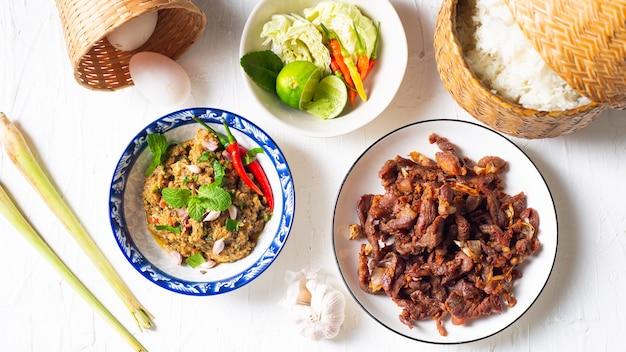 Gefrituurd varkensvlees gemaakt van gesneden varkensvlees met saus en plakkerige rijst, lokale aziatische gerechten