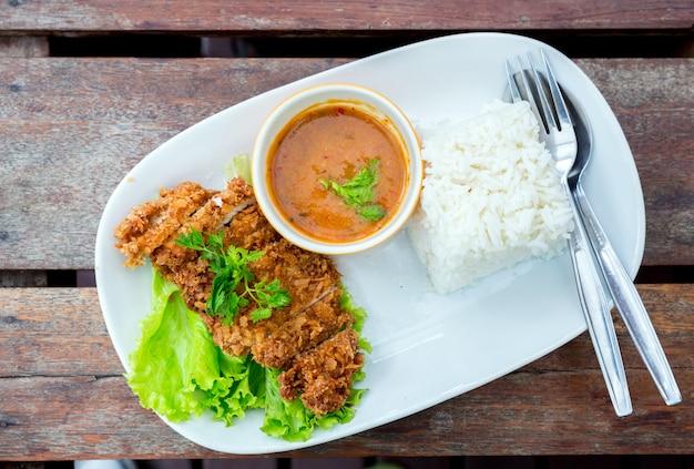Gefrituurd varkensvlees met rijst
