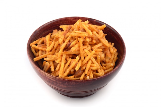 Gefrituurd zout gerecht - chivda of mengsel gemaakt van grammeel en gemengd met droog fruit.