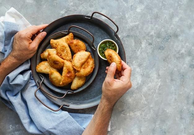 Gefrituurde empanadas met chimichurri
