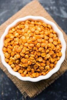 Gefrituurde en pittige chana dal masala is een populair chakna-recept. geserveerd in een kom. selectieve focus