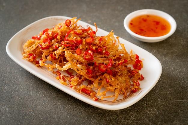 Gefrituurde enoki-champignon of golden needle mushroom met zout en chili - veganistische en vegetarische voedingsstijl