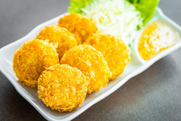 Gefrituurde garnalencake of bal met groente