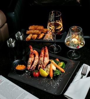 Gefrituurde garnalenroulets en groenten met shampaigne