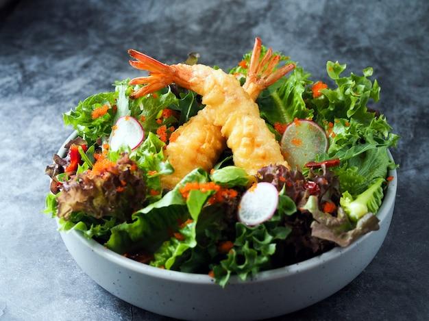 Gefrituurde garnalensalade, gemengde saladesalade met gebraden garnalenfilet