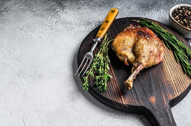 Gefrituurde gekonfijte eendenbout, gebakken pluimveevlees.