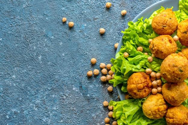 Gefrituurde huisgemaakte vegetarische falafel gemaakt van gemalen kikkererwten en broccoli, met mosterd-citroensaus
