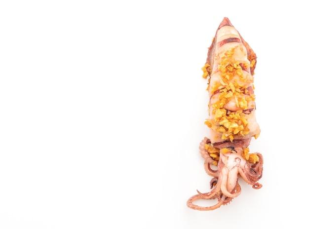 Gefrituurde inktvis met knoflook geïsoleerd op een witte achtergrond