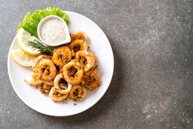 Gefrituurde inktvis of octopus (calamari) met saus
