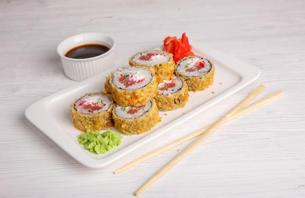 Gefrituurde japanse rol. traditionele japanse keuken, menu