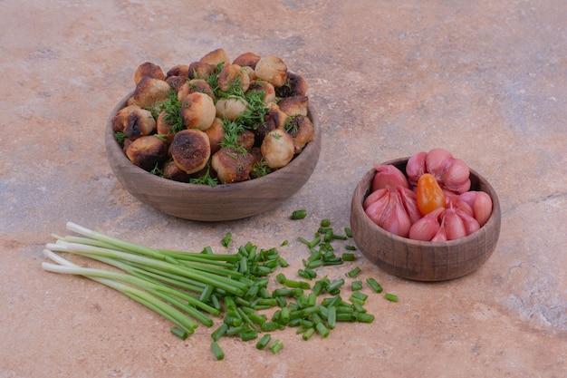 Gefrituurde khinkal-vullingen met kruiden en gemarineerd voedsel.
