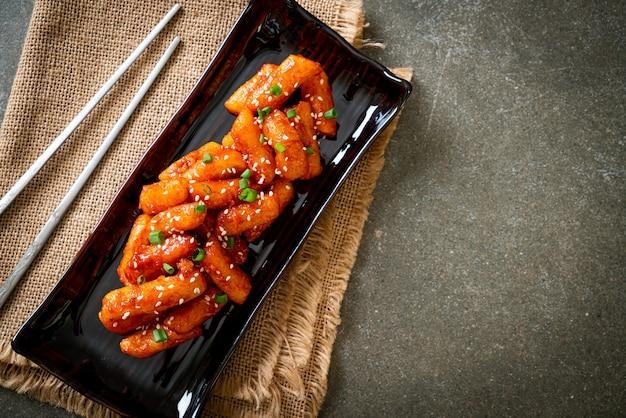 Gefrituurde koreaanse rijstwafel (tteokbokki) met pikante saus - koreaans eten