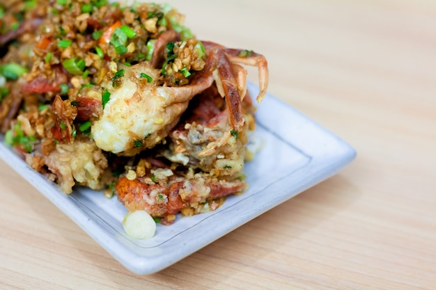 Gefrituurde soft shell krab met knoflook en peper. gemakkelijk lastig menu