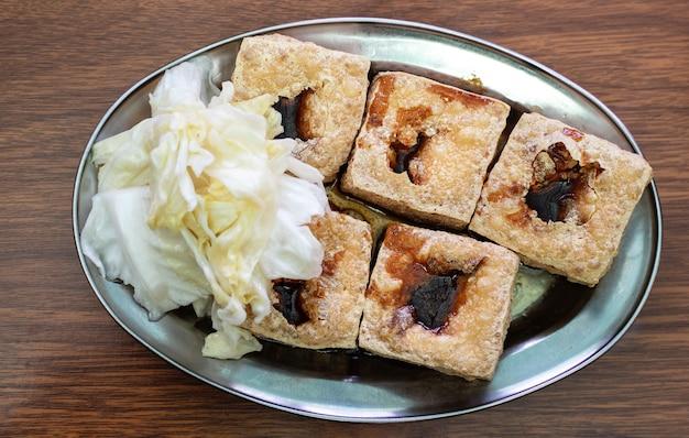 Gefrituurde stinkende tofu, gefermenteerde tahoe met ingemaakte koolgroente, beroemd en heerlijk straatvoedsel in taiwan, levensstijl.
