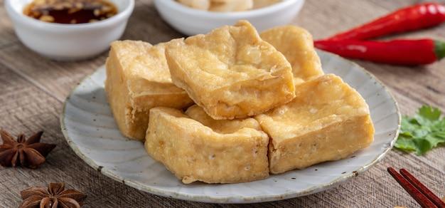 Gefrituurde stinkende tofu, gefermenteerde tahoe met ingemaakte koolgroente, beroemd en heerlijk straatvoedsel in taiwan.