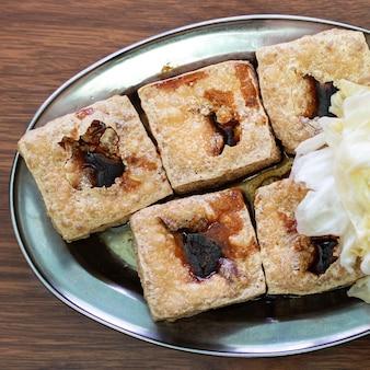 Gefrituurde stinkende tofu met ingemaakte koolgroente