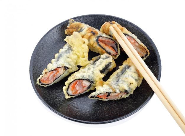 Gefrituurde sushi. japans voedsel op plaat op een wit