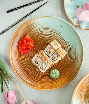 Gefrituurde sushi met rijst en gember