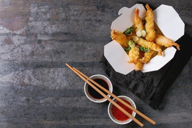 Gefrituurde tempura garnalen met sauzen