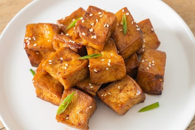Gefrituurde tofu met witte sesam en teriyakisaus - veganistische en vegetarische eetstijl