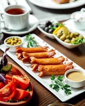 Gefrituurde worstjes en groenten