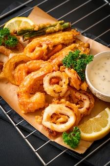 Gefrituurde zeevruchten (garnalen en inktvis) met gemengde groente, ongezonde voedingsstijl